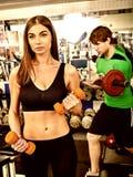 De couples gymnase ensemble Séance d'entraînement d'amis avec l'équipement de forme physique Photo stock