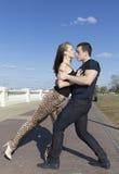 De couples une danse rondement sur la route de brique Image stock