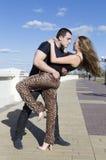 De couples une danse rondement sur la rue Image libre de droits