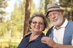 De couples verticale aînée affectueuse à l'extérieur Photo libre de droits