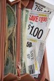 De coupons van de besparing in portefeuille voor het winkelen Stock Afbeelding