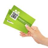 De coupons van de de lentekorting van de handholding over wit worden geïsoleerd dat stock foto