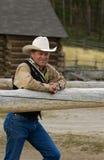De cowboy leunt op Omheining stock foto