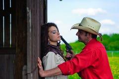 De cowboy met een pistool in handen stock afbeelding