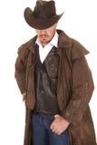 De cowboy in vest en stofdoek de ogen van de hoedendekking kijkt neer royalty-vrije stock foto