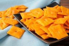 De crackers van de cheddarkaas stock afbeeldingen