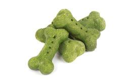 De crackers voor honden in been vormen zich, van zeewier dat, op witte achtergrond wordt geïsoleerd Stock Afbeeldingen