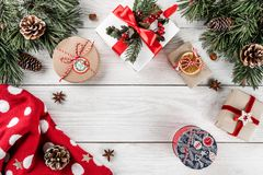 De creatieve die lay-out van Kerstmisspar wordt gemaakt vertakt zich, denneappels, giften, Kerstmissweater op witte houten achter royalty-vrije stock afbeelding