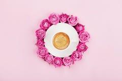 De creatieve kaart met koffiekop en mooie roze nam bloemen op pastelkleurachtergrond toe de hoogste mening in vlakte stijl legt M royalty-vrije stock afbeeldingen