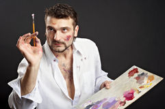 De creatieve kunstenaar met palet en borstels kijkt naar Stock Afbeeldingen