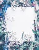 De creatieve lay-out maakte met bloemen en bladeren rond document kaartnota, blauwe pastelkleur royalty-vrije stock fotografie
