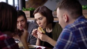 De creatieve modernly geklede vrienden kwamen in lunchtijd samen tijdens de onderbreking De meisjes en de jongens verlieten het b stock footage