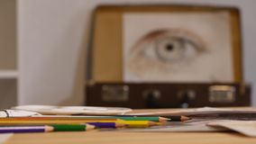 De creatieve mooie schilder schildert een kleurrijk beeld Close-up van het schilderen proces in het Creatieve positief van de kun stock video