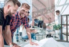 De creatieve teamwerken in het projectbureau royalty-vrije stock afbeeldingen