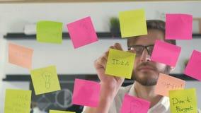 De creatieve van de commerciële ideeën die teambrainstorming samen het delen van gegevens laat bij nacht na uren in modern glas w stock video