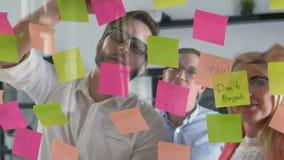 De creatieve van de commerciële ideeën die teambrainstorming samen het delen van gegevens laat bij nacht na uren in modern glas w stock footage