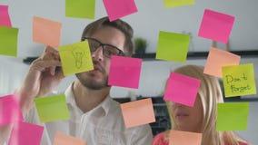 De creatieve van de commerciële ideeën die teambrainstorming samen het delen van gegevens laat bij nacht na uren in modern glas w stock videobeelden
