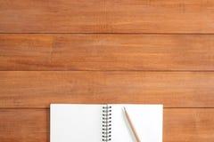 De creatieve vlakte legt foto van werkruimtebureau Achtergrond van de bureau de houten lijst met open spot op notitieboekjes Stock Afbeeldingen