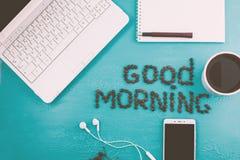 De creatieve vlakte legt foto van werkruimtebureau met laptop, smartphone, koffie, koffiebonen op blauwe achtergrond royalty-vrije stock foto