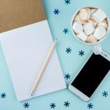 De creatieve vlakte legt foto van werkruimtebureau met smartphone, oogglazen, pen, potlood en notitieboekje, minimale stijl op bl stock fotografie