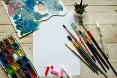 De creatieve vlakte van de kunstenaarswerkplaats legt, model op houten achtergrond royalty-vrije stock foto's