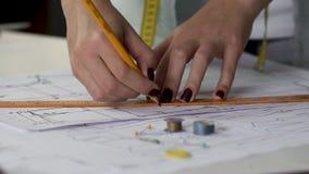De creatieve vrouwelijke tekening met heerser op patronen sluit omhoog, inspiratie en art. stock footage