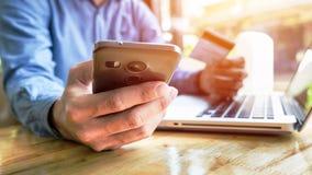 De creditcard die van de mensenholding in hand en veiligheidscode het gebruiken ingaan Royalty-vrije Stock Afbeelding
