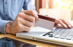 De creditcard die van de mensenholding in hand en veiligheidscode het gebruiken ingaan Stock Fotografie