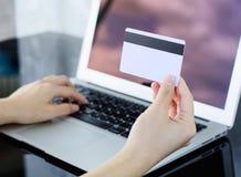 De creditcard die van de vrouwenholding in hand en informatie ingaan in Stock Afbeelding