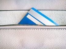 De creditcard in de ritssluiting van de portefeuille Royalty-vrije Stock Fotografie