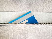 De creditcard in de ritssluiting van de portefeuille Stock Afbeeldingen