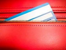 De creditcard in de ritssluiting van rode portefeuille Stock Fotografie