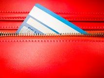 De creditcard in de ritssluiting van rode portefeuille Stock Foto