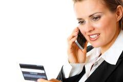 De creditcard van de bedrijfsvrouwenholding en mobiel stock afbeelding