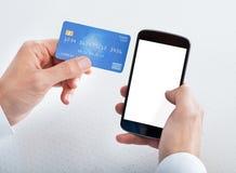 De Creditcard van de mensenholding en Celtelefoon Stock Foto's