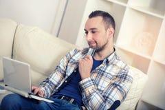 De creditcard van de mensenholding en het gebruiken van laptop voor online het winkelen Royalty-vrije Stock Foto