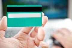 De creditcard van de mensenholding ter beschikking Stock Afbeelding