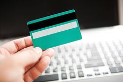 De creditcard van de mensenholding ter beschikking Royalty-vrije Stock Foto's