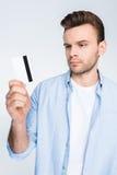 De creditcard van de mensenholding ter beschikking op wit Stock Foto