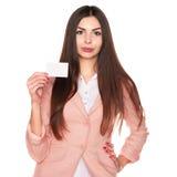 De creditcard van de vrouwenholding op witte achtergrond wordt geïsoleerd die stock fotografie