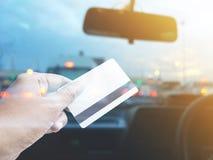 De creditcard van de handholding over vage achtergrond van auto bij loon t royalty-vrije stock afbeelding