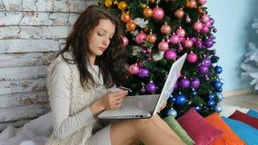 De creditcard van de vrouwenholding voor online het winkelen vrouwelijke koper het kopen Kerstmisgift op Internet nieuwe vrolijke stock videobeelden