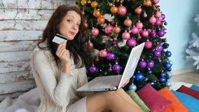 De creditcard van de vrouwenholding voor online het winkelen vrouwelijke koper het kopen Kerstmisgift op Internet nieuwe vrolijke stock footage
