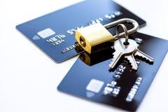 De creditcards met slot sluiten omhoog - online winkelend royalty-vrije stock fotografie