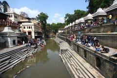 De crematies worden uitgevoerd bij Tempel Pashupatinath Stock Foto
