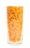 De cristal por completo de los pedazos de la zanahoria aislados Imagen de archivo libre de regalías
