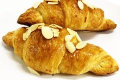 De croissanten van de amandel op een witte achtergrond Stock Afbeelding