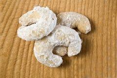 De croissanten van de vanille op houten achtergrond Stock Afbeelding