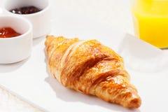 De croissanten worden typisch gediend voor ontbijt Stock Afbeelding