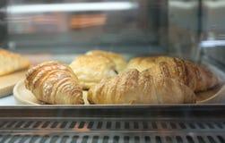 De croissants klaar voor serv en verkopen Royalty-vrije Stock Afbeelding